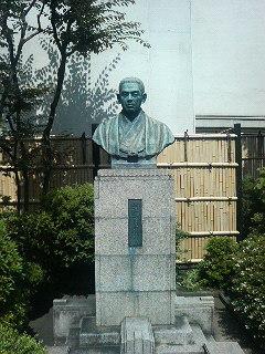 新宿・伊勢丹の屋上に鎮座する創始者「小菅丹治」の像