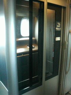 新幹線のぞみN700系の喫煙所の外観