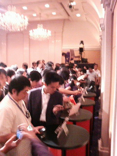 EMOBILE Touch Diamond™ Reception 実機展示で群がる